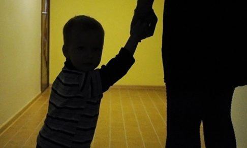 Семья жила в аварийном доме — детей отобрали. Почему нельзя использовать насилие для защиты детей