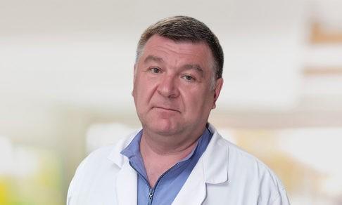 «Доктор, я живой! Это вам». Хирург Юрий Безменов — о первом разрезе, ночных звонках и родниковой воде вместо крови