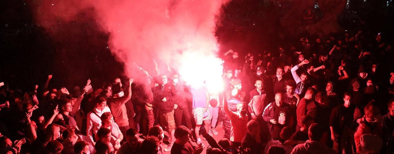 """«Думали, что все хорошо, а теперь снова нужно в """"тюрьму""""». Как сербы протестуют из-за карантинных мер"""