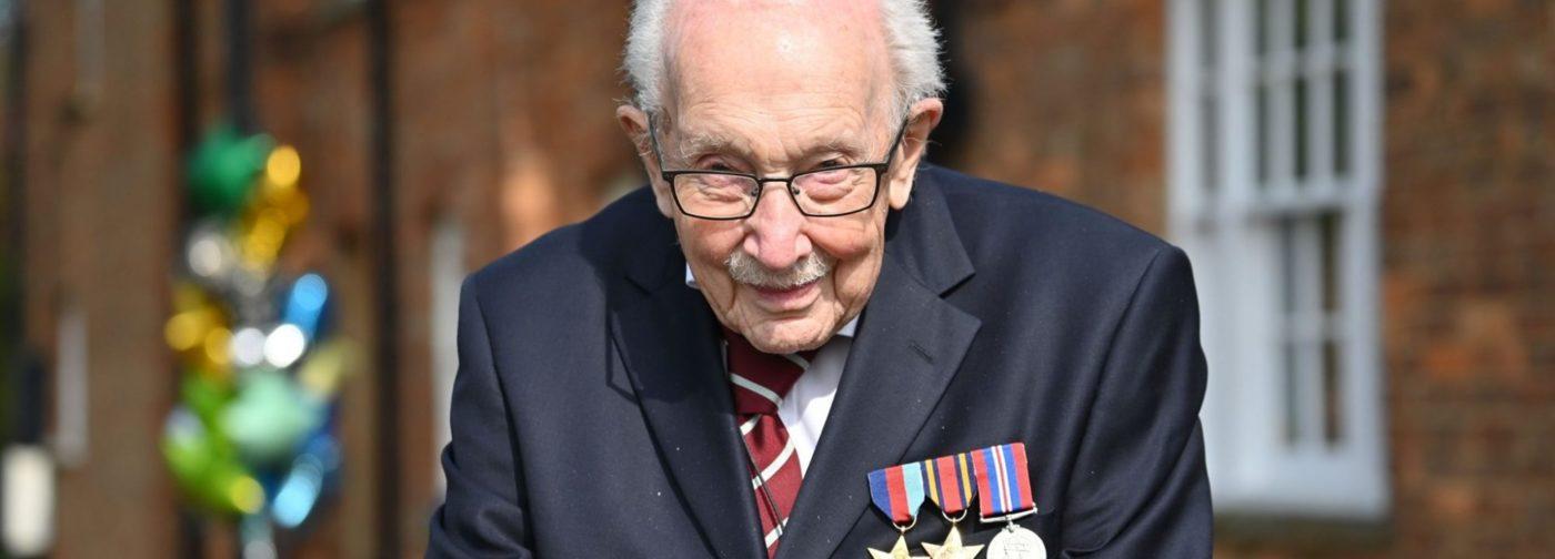 100-летний ветеран собрал более 40 миллионов долларов для больниц. После этого королева посвятила его в рыцари
