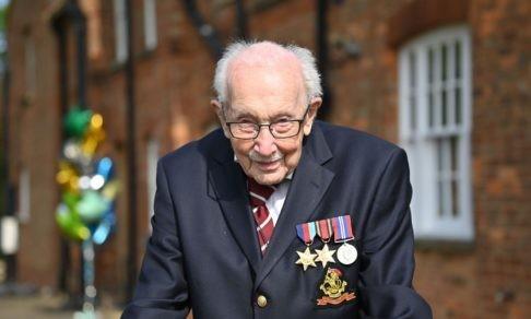 100-летний ветеран собрал 42 млн долларов для больниц. После этого королева посвятила его в рыцари