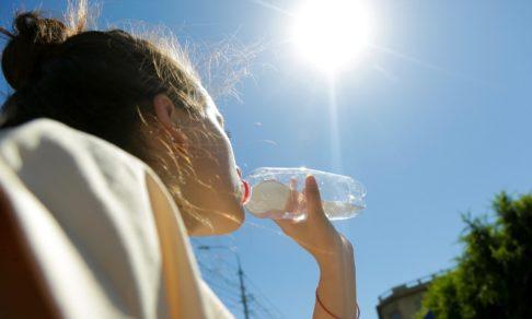 Солнечные ожоги, обезвоживание и давление. Как пережить аномальную жару