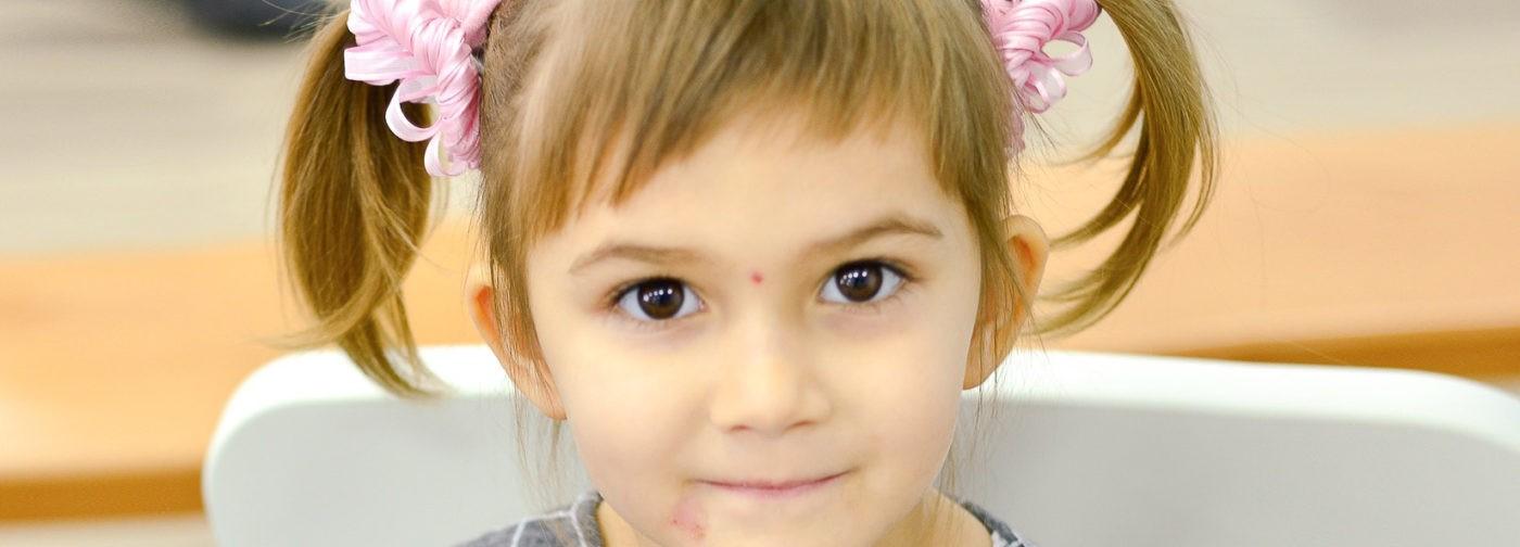 Ева замирает, а маме страшно. У четырехлетней девочки приступы из-за опухолей в мозге