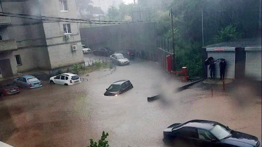 Ливни в Ростове-на-Дону. Под воду ушли машины, рухнула часть моста и затопило вокзал