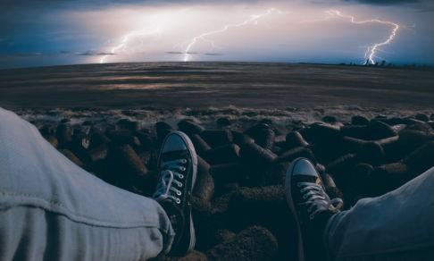 «В моего друга дважды ударила молния». Эксперт по выживанию — о том, как вести себя в грозу