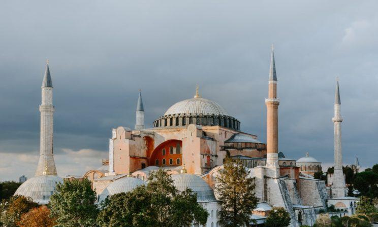 «Мы на пороге культурной катастрофы». Храм Святой Софии в Турции хотят превратить в мечеть