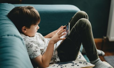«Он лежит на диване и тупит в телефон». Учитель Лариса Артемова — о том, как детям отдыхать на каникулах