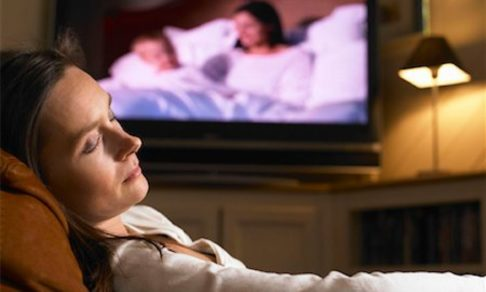 Сон у телевизора, гаджеты и другие убийцы отдыха. Как провести вечер, чтобы наконец выспаться