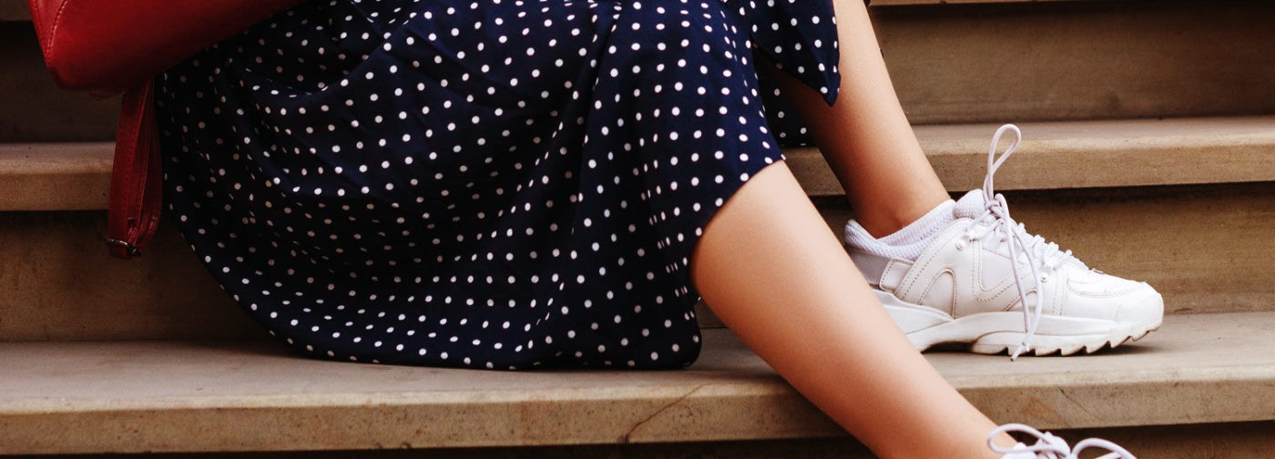 Кроссовки под платье. Ужасная мода, прекрасный стиль и можно ли такое оправдать?