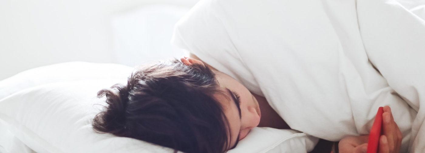 «Сынок, не ложись в кровать со смартфоном!» Как разговаривать с детьми про сон и режим дня