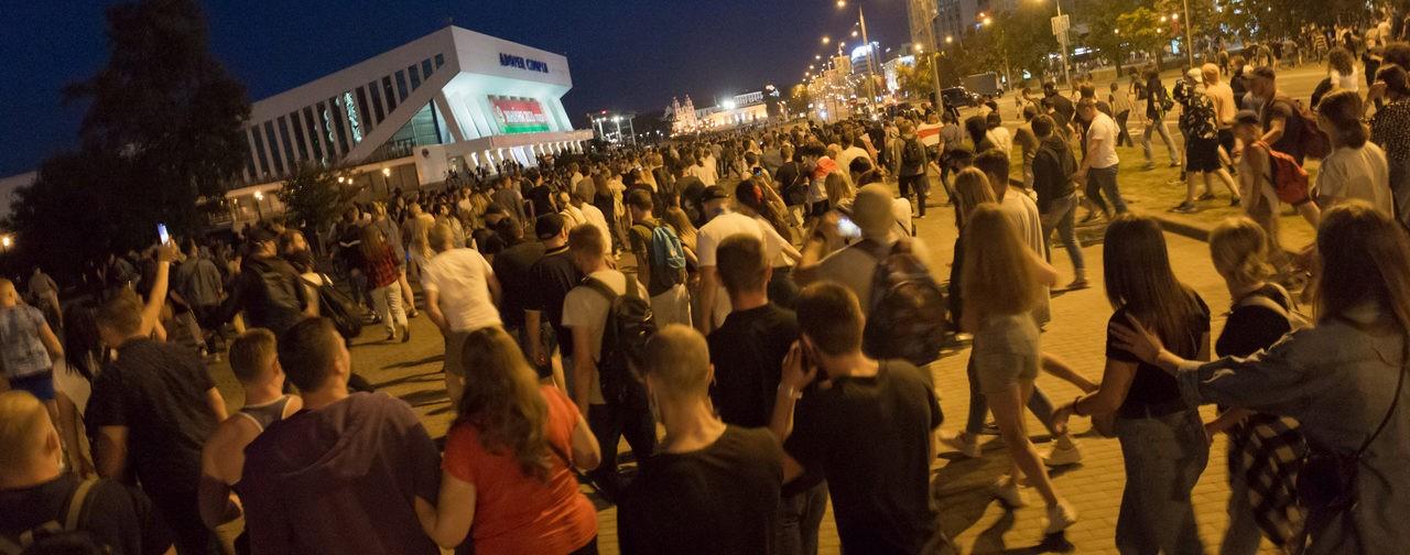 Столкновения с ОМОНом, водометы и пули. Очевидцы — о протестах в Беларуси