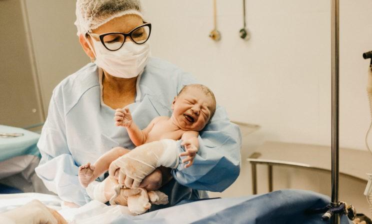 «Дочь после родов унесли и не показывали месяц». В роддомах разлучают новорожденных с матерями из-за ковида