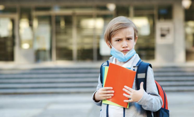 Эпидемия не кончилась, а школы открылись. Как защитить детей от ковида осенью