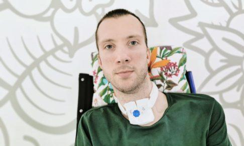 После аварии Саша сломал позвоночник. А жене сказал, что болит горло