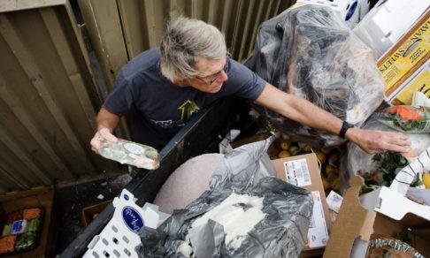 «Я питаюсь едой из мусорных баков». В России выбрасывают тонны еды, хотя миллионы людей голодают