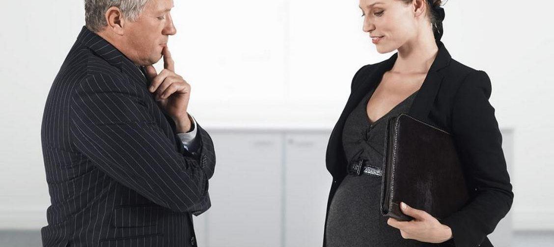 «Намекнули на увольнение, а я беременна». Как защитить свои права, разъясняет юрист