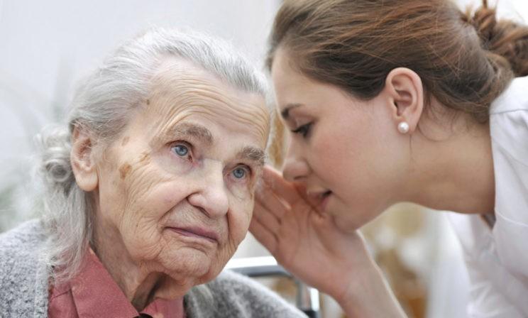 «Я — мамина память». Как болезнь Альцгеймера забирает близкого человека