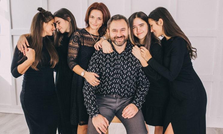 Стать стержнем, чтобы семья не прогнулась под тяжестью горя. Юрий Соленов — об утрате, отцовстве и любви