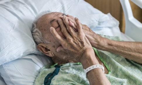 «Не мог встать с постели и глушил боль парацетамолом». Почему закрыли единственный в городе хоспис