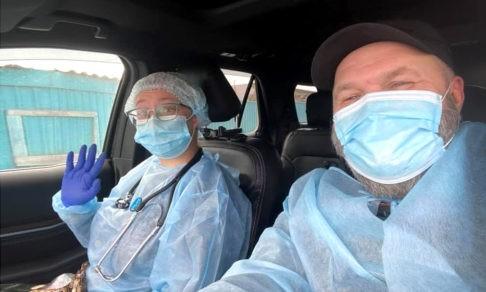 «Герои здесь не мы, а врачи». Жители Сибири на своих машинах везут медиков к пациентам