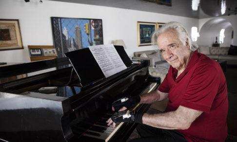 Бразильский пианист 20 лет не играл из-за травмы. Но бионические перчатки вернули ему фортепиано