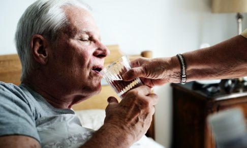 «У него началась деменция в 45 лет». Как распознать болезнь у близких и можно ли ее избежать