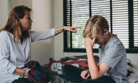 «Тебе пора стать нормальным человеком». За что родители осуждают подростков