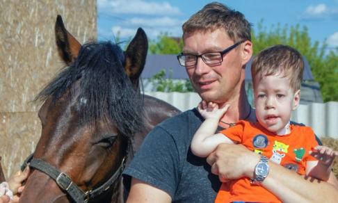 Врачи сказали о младенце: «Не жилец». Но Тихон выжил — его спасли мамина любовь и лошади