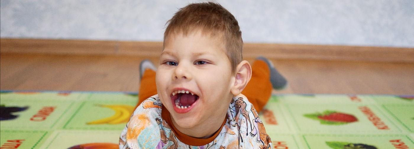 «Смотри, он замирает как-то странно». У Максима ДЦП и эпилепсия, но врачи не знают причину