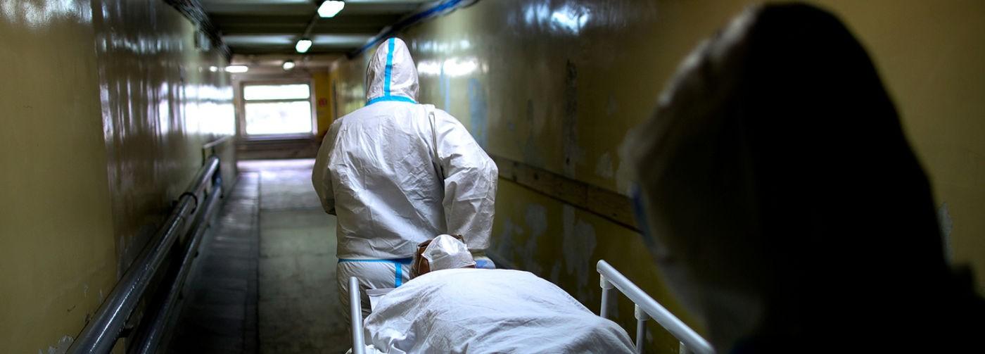 В России зафиксировали рекордную суточную смертность от ковида. Что это значит?