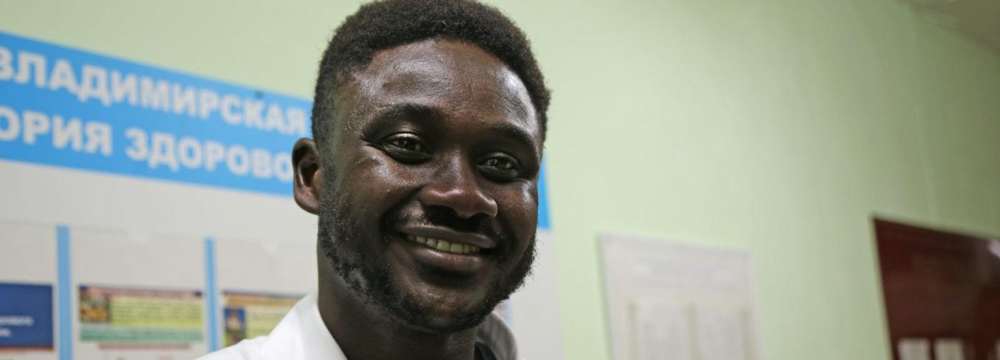 «В 15 лет я вправлял пальцы соседям». Как Шейк Дженг из Гамбии стал хирургом в Суздале