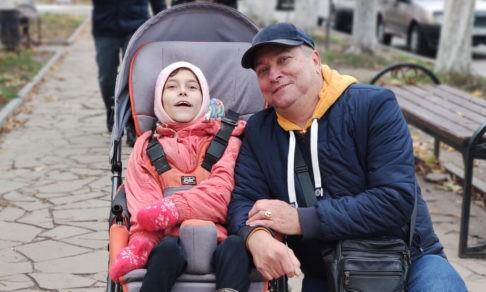 «В детдоме она не будет ни дня!» Как живут отец-одиночка и его дочь с ДЦП
