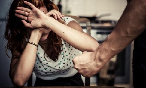 «Почему она не уходит?» Что происходит с женщиной, когда ее муж — агрессор