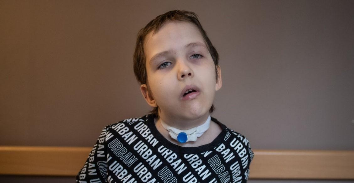 Никита перенес операцию на мозге. Чтобы снова научиться ходить, ему нужна реабилитация