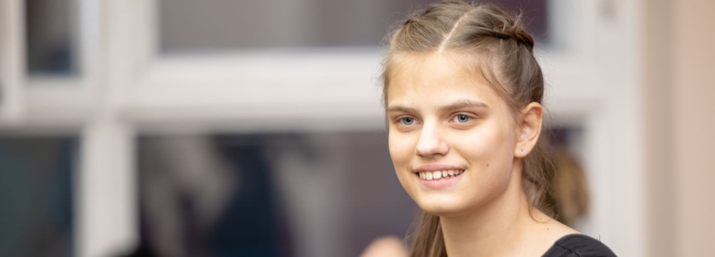 Танец — танго, характер — Кармен. Как 14-летняя Полина Мухортова с аутизмом стала моделью
