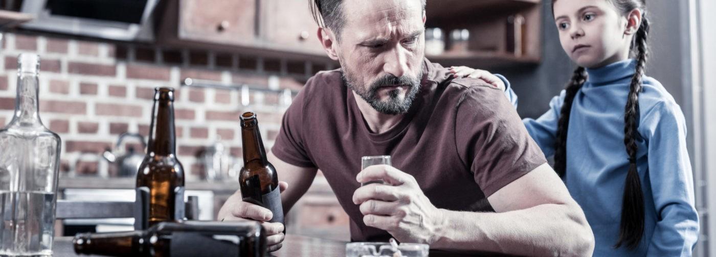 Уговорить бросить не сможет никто. Есть ли шанс помочь людям с запойным алкоголизмом?