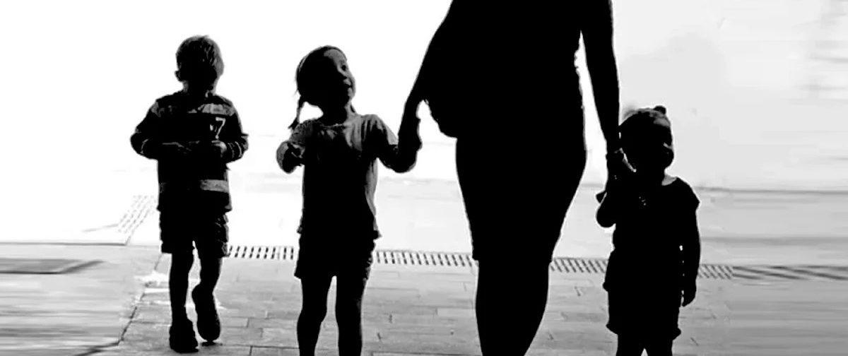 «Про ВИЧ мы знали, страха не было». Как родители усыновили шестерых детей из одного детдома