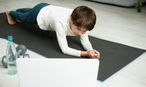 «Фитнес-монополия», зарядка с родителями и снеговик вместо урока. Как преподают физкультуру на дистанте