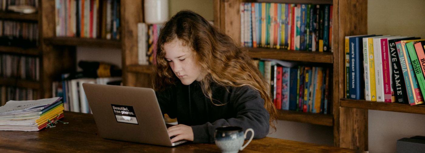 «Освободили от школы — ребенок сразу начал учиться?» Что такое заочное обучение и всем ли оно подходит