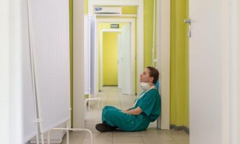 «Выгорание — там, где бесправность и беспомощность». Психолог Анна Хасина — о проблемах российских врачей