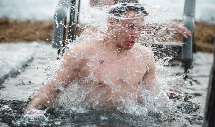 Дистанция у проруби. Даже в пандемию ныряют на Крещение — 10 фото