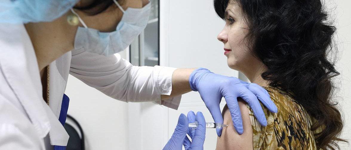 Можно ли после прививки заразить других ковидом? Отвечает молекулярный биолог Ирина Якутенко
