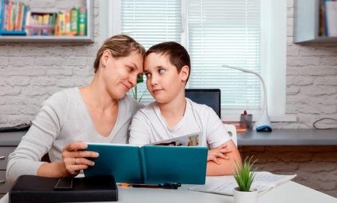 «Чтобы дети хорошо учились, их надо чаще обнимать». Психолог — о том, чему родителей научил дистант