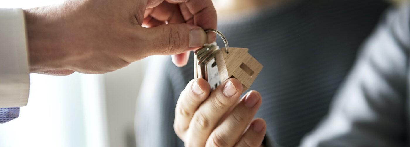 Своей квартиры нет, снимать дорого. Как получить жилье по договору социального найма?