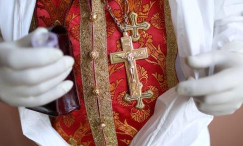 Как священник на кислороде двух корейцев крестил