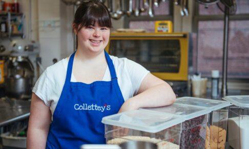 «Мне отказали в работе 15 раз, и тогда я испекла печенье». Девушка с синдромом Дауна открыла успешный бизнес