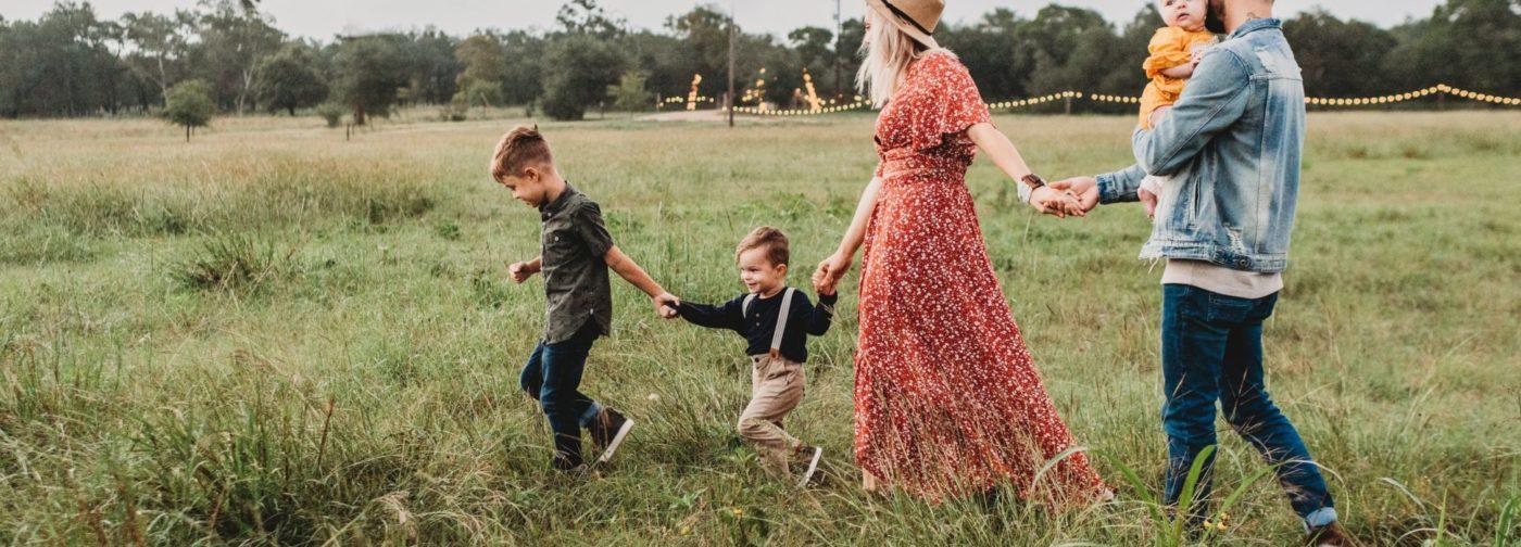 Их семье завидовали — красивые, счастливые, с детьми. Но впервые они встретились на кладбище