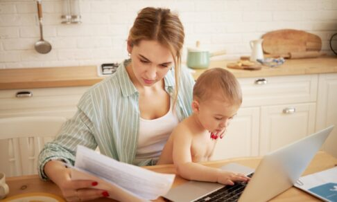 «Как заработать в декрете онлайн за два часа в день». 5 опасностей таких вакансий