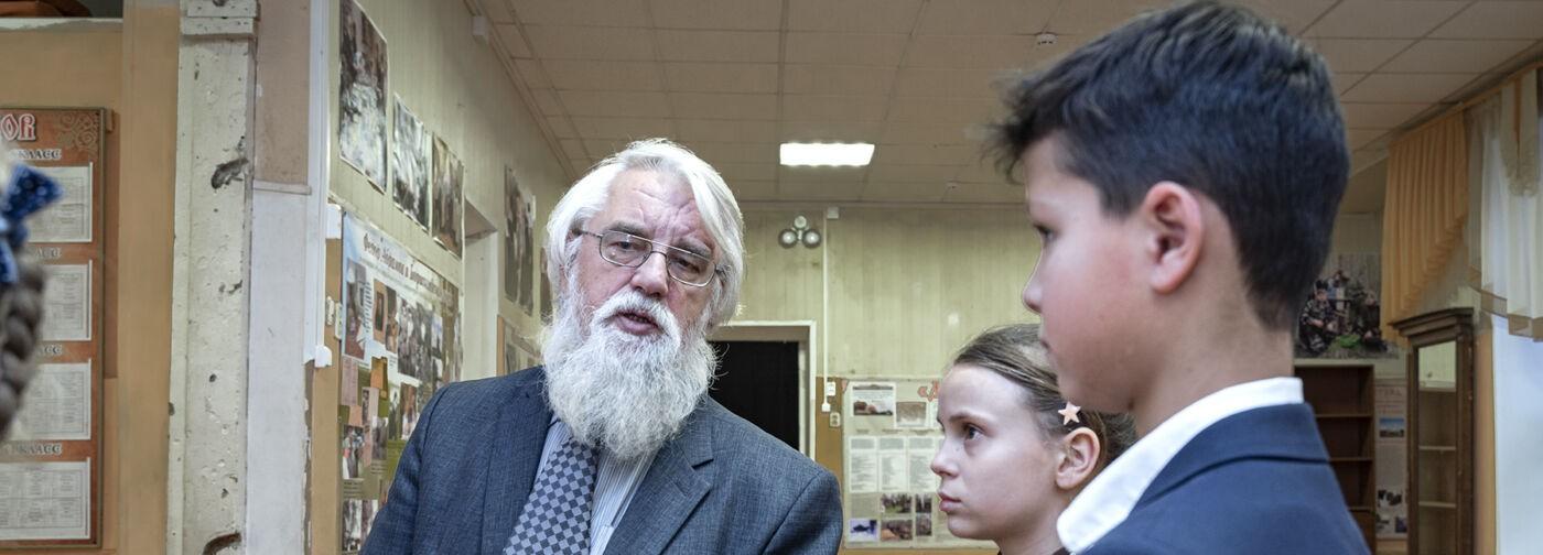 Священник Владимир Мартышин и его школа. Здесь сдают ЕГЭ, изучают «Домострой» и носят советскую форму