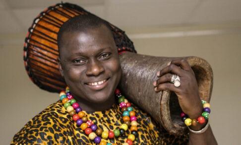 «Могу поругаться, если говорят, что русские — плохие». Как парень из Гамбии помогает людям в Удмуртии